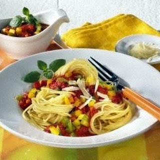 Spaghetti mit Paprika-Bolognese.