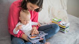 Leer con un bebé, o un niño o niña, crea un vínculo afectivo.