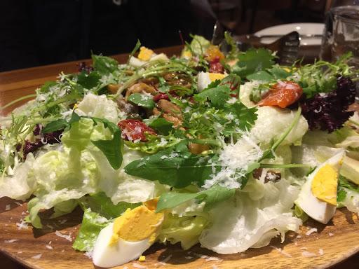 熱沙拉好吃!生菜新鮮,綜合菇拌炒入味,肉醬麵soso 在餐點和環境上有用心!
