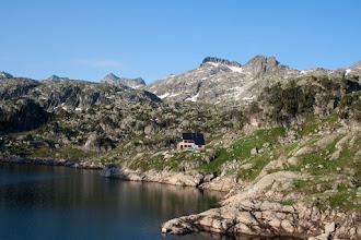 Photo: Val d'Aran: esgtany i refugi de Colomèrs amb Creu de Colomèrs, tuc de Balaguera i Agulhes de Colomèrs