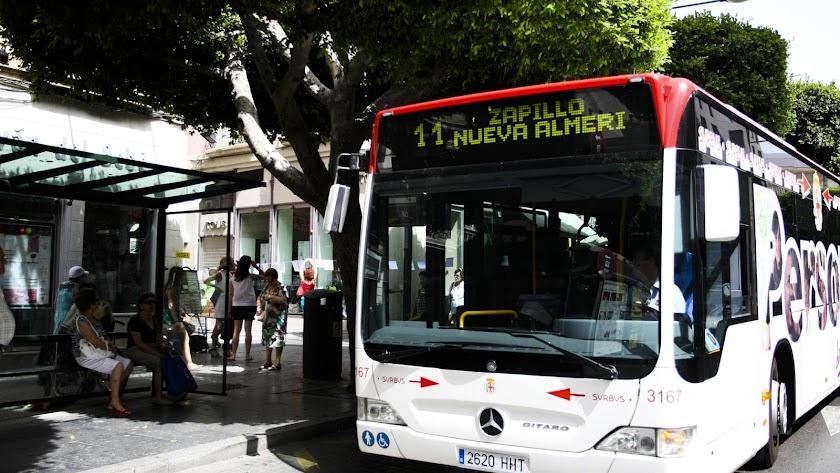 Un autobús de la línea 11, en la parada del Paseo de Almería.
