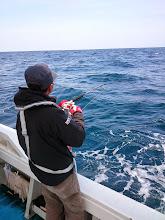 """Photo: 少々、波は高いがメインのポイントで。 到着してすぐ""""タケツグさん""""フィーッシュ。"""