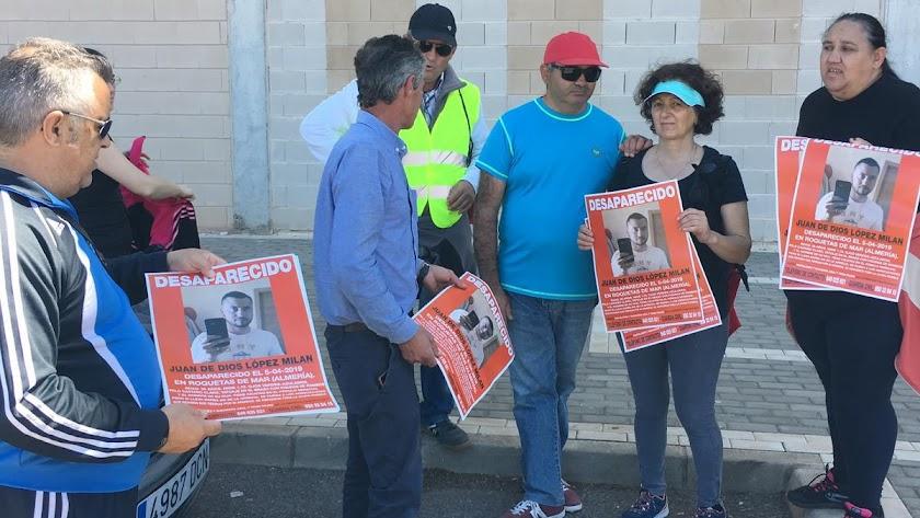 Familiares de Juan de Dios, este sábado, con carteles.
