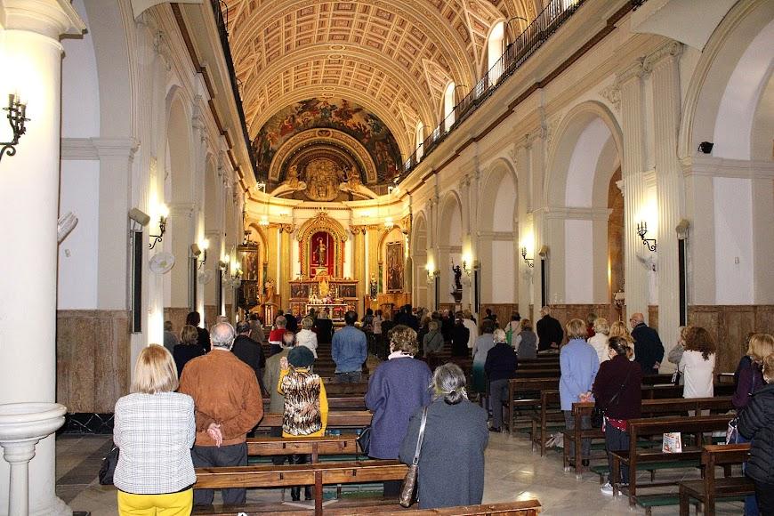 Fieles asistentes a la celebración del Miércoles de Ceniza en la iglesia de San Pedro.