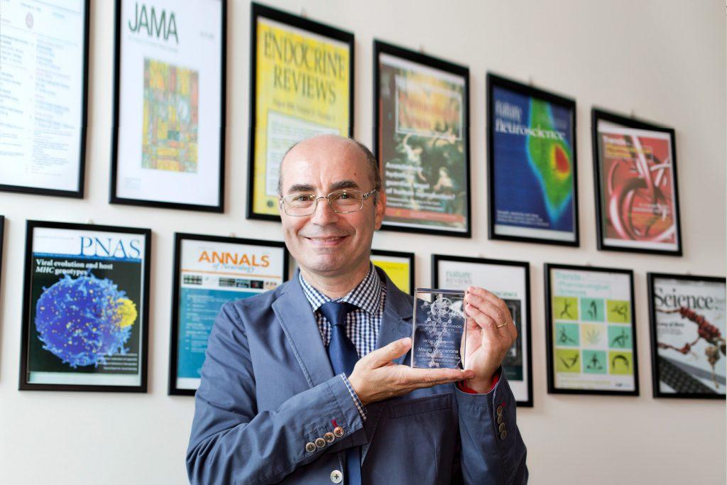 Mauro Maccarrone, biochimico e docente UCBM a Roma mostra il Mechoulam Award 2016, premio annuale dell'ICRS