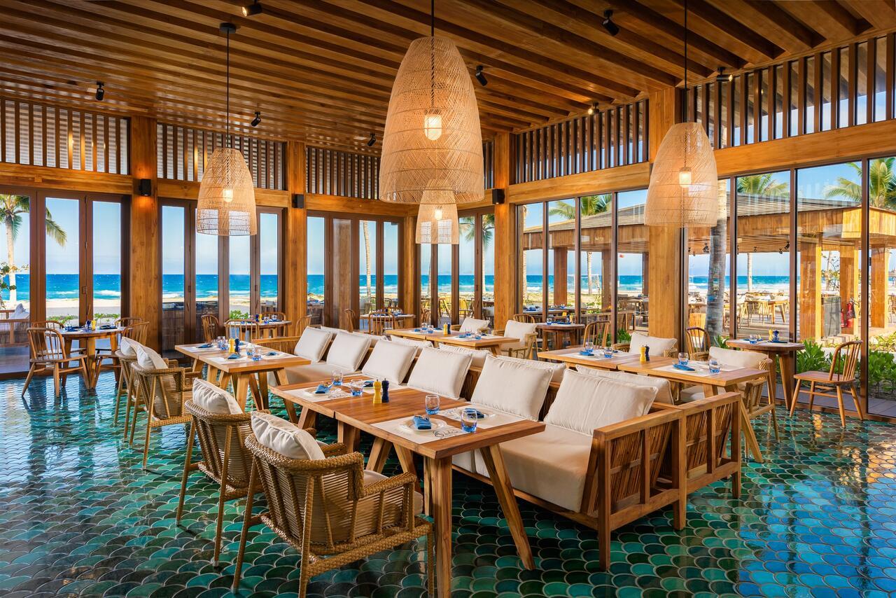 Nhà hàng Hải sản Atlantis nằm cạnh biển khu nghỉ dưỡng ALMA