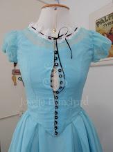 Photo: Figurino de Alice no Pais das Maravilhas versão Tim Burton sob-medida, feito para Kelly Contreras.   Orçamentos por e-mail ou in-box:  josetteblachardcorsets@gmail.com josetteblachardcorsets@hotmail.com  Tel e Whatsapp: 11-963456103.  De seg. à sex. das 10 hrs e 19 hrs, exceto feriados.  #corset #corsets #espartilho #espartilhos #josetteblanchard #josetteblanchardcorsets #cinturafina #figurino #figurinovitoriano #costume #victoriancostume #victorianmoulage #atelier #atelierdecorsets #atelierdefigurinos