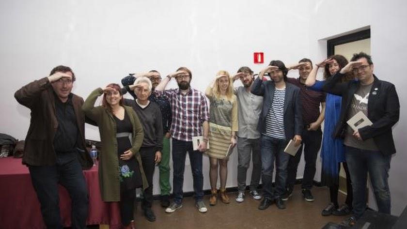 Presentadores, escritores y músicos oteando el horizonte, en un gesto icónico de El Gaviero.