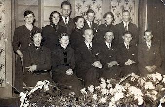 Photo: Toneel v.l.n.r. Bovenste rij Trui Klinkhamer, Geesje Arends, Jan Beckering, Ginie Knoop, Jan Schuiling, Grietje Huizing (groot gebracht bij Remmelts Hin) en Roelof Braams Rolfien Hofsteenge, Roelie Jipping, Harm Lanjouw (Gerrit zoon, getrouwd met juffr. Lamberts), Mans Wilms, Jan Zandvoort en Hendrik Hofsteenge.