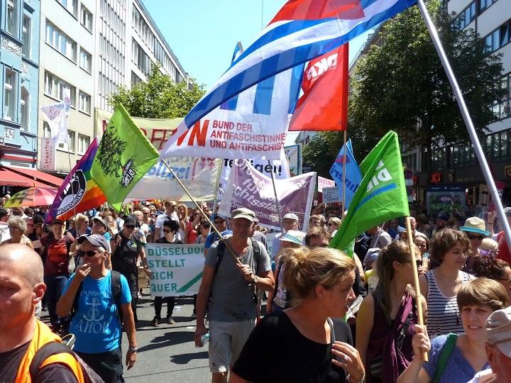 Protest mit einem Fahnenmeer gegen das geplante NRW-Polizeigesetz in Düsseldorf.