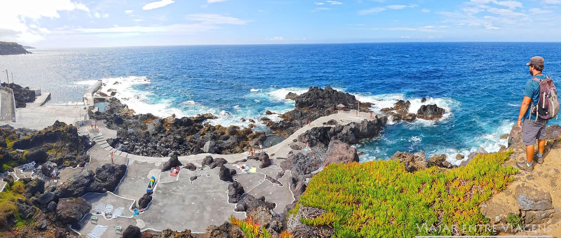 Desfrutar das piscinas naturais das Cinco Ribeiras, na ilha Terceira