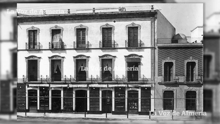 Fachada principal del edificio de la Puerta de Purchena donde estuvo ubicada la prestigiosa confitería de la familia Frías.