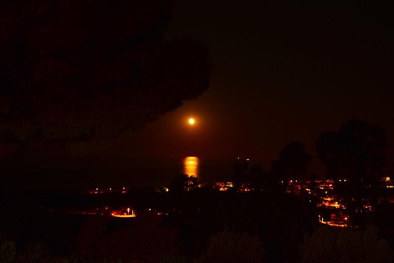 Luna rossa sulla città di Ciappo