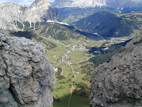 Photo: Dolomiten: vom Piscadu Klettersteig mit Hella, Nina und Andrea Schannesz; 2005; Blick auf Covara im Val Badia (Gadertal) hier wird Ladinisch gesprochen; Blick nach Covara