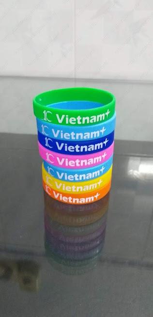 In vòng tay cao su chất lượng cao cho báo điện tử vietnamplus.vn