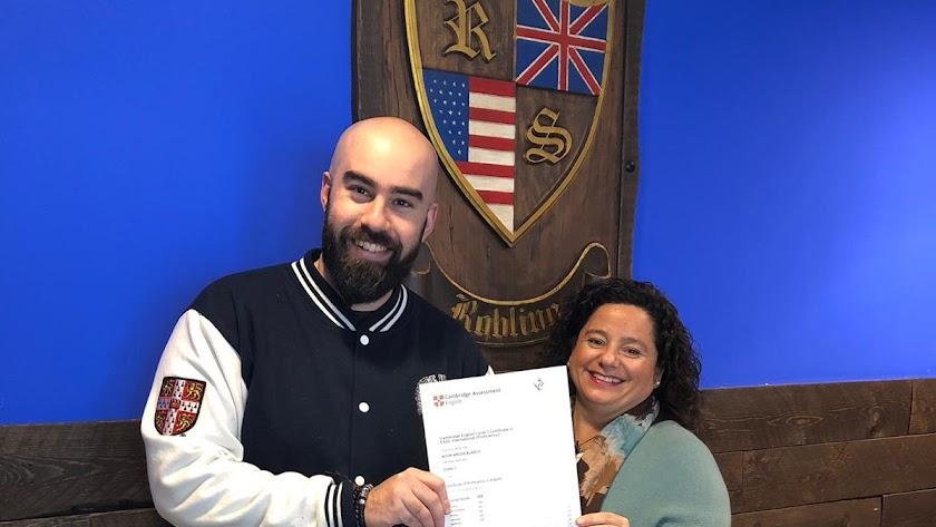 Aitor Arcos, en el momento de recibir su diploma.
