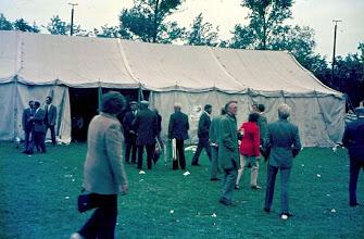 Photo: Tent concours op het voetbalveld Albert Okken, met de rug op de foto Berend Timmenga (Esweg) In het midden Geert Enting, Jan Hadders