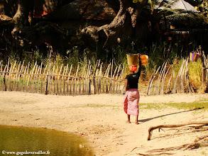 Photo: #007-Jeune femme rapportant de l'eau du puits