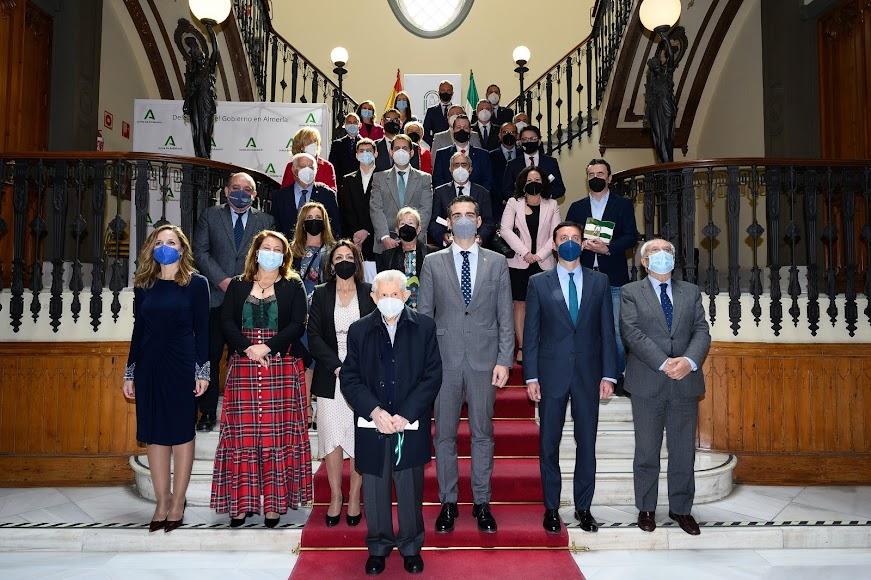 Autoridades y premiados con las banderas de Andalucía