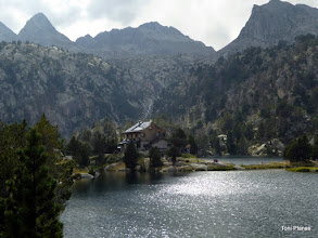 Photo: Refugi Josep Maria Blanc a l'estany Tort de Peguera. Al fons destaquen els pics de Saburó (esquerra), Peguera (centre) i Monestero (dreta)