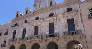 Fachada de la Casa Consistorial de Almería en obras.