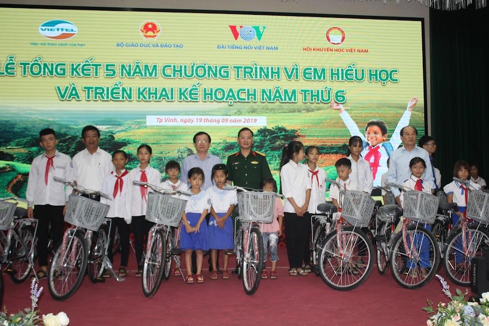 Trao tặng 20 chiếc xe đạp cho 20 em học sinh nghèo hiếu học ở huyện Nghi Lộc