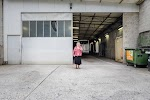 vrouw wacht ons op vóór de garage