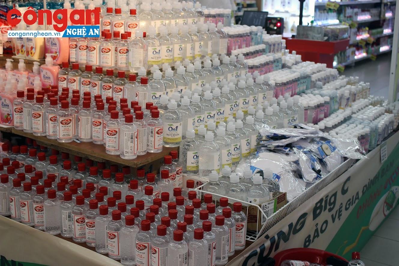 Đại diện Siêu thị Big C Vinh cho biết, các mặt hàng như: Gạo, mì tôm, nước tinh khiết, đồ hộp, sữa, gel rửa tay, khẩu trang vải… được người tiêu dùng lựa chọn nhiều hơn so với thời gian trước khi bùng phát dịch Covid-19.