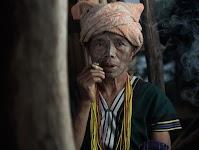 vrouw (Aziatisch? Afrikaans?) rookt een sigaartje