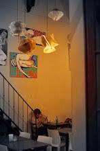 """Photo: Domingo de viajes, domingo de libros, domingo de ruta librera. Viajamos a Buenos Aires y conocemos la librería Eterna Cadencia """"casa tomada por los escritores"""" como dicen ellos mismos.  En Palermo Viejo, un barrio de sobra conocido de Buenos Aires, se alza una casona convertida en cafetería, restaurante, editorial...y librería. Pablo Braun compraría la casa en 2004, a punto de ser demolida, y en 2005 abrió sus puertas esta librería con bar. Tras pasar por una crisis y pasarse los días leyendo se le ocurrió montar su propia librería y así, el interior de la casa se convirtió en un fantástico espacio para libros mientras que el patio interior se llenaba de mesas para que los clientes pudieran tomarse algo entre sus letras favoritas. Con un lector empedernido convertido en librero, nos podemos imaginar que otro de los puntos fuertes de esta librería son las recomendaciones personalizadas y las charlas. Maderas nobles, colores cálidos, decoraciones con libros, actividades literarias... creo que si algo sobra son razones para hacer una parada en este maravilloso lugar.  Fotografías: http://www.eternacadencia.com/galeria.htm"""
