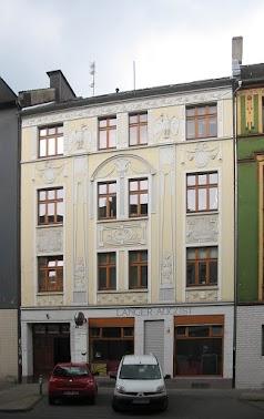 Gebäude, Straßenansicht. Fassadenbeschriftung: «Langer August».