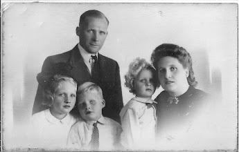 Photo: Mijn ouders, Huib, Wim en Maartje. Ze moesten in de oorlog evacueren naar Heiloo, na de oorlog zijn ze niet meer naar Egmond terug gegaan, vestigde zich aan de Kennemerstraatweg en begonnen een viswinkel. Ik sta niet op de foto, ik ben in 1947 geboren. Deze foto is gemaakt in 1946
