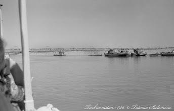 Photo: На теплоходе по Аму-Дарье. Вдали Чарджоуский (Чарджуйский) железнодорожный мост. Построен в 1901 году. Фото 1976 года.