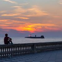Seduto guardando il tramonto di