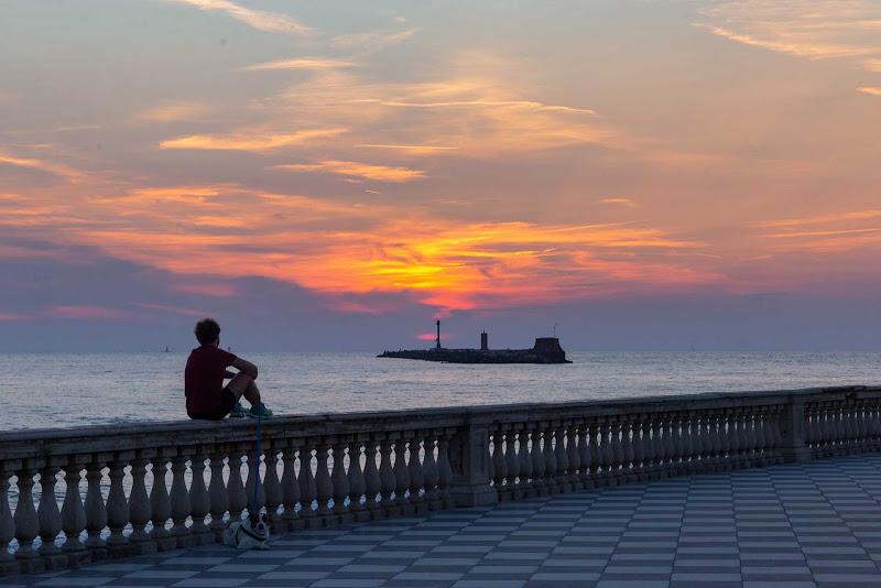 Seduto guardando il tramonto di Atum-Pietro
