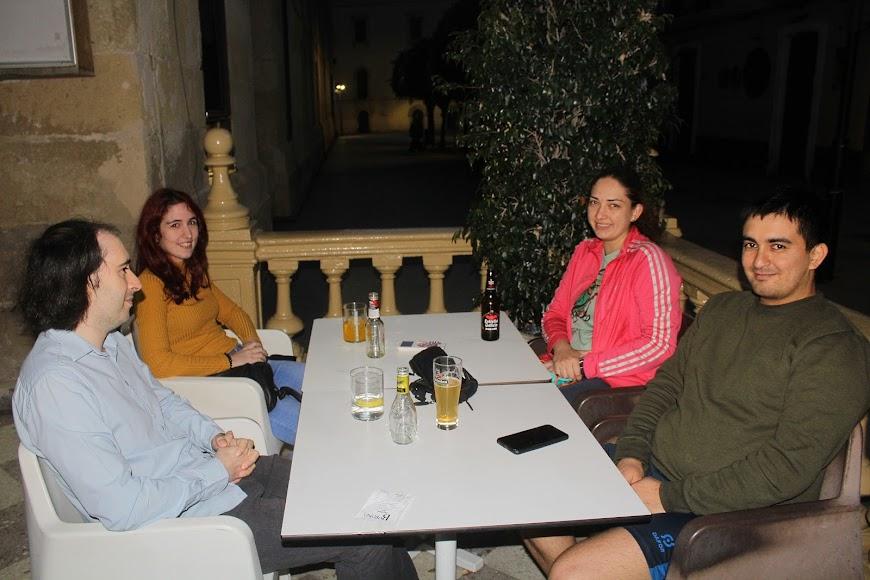 Buenos amigos y disfrutando de la primera noche en Burana, en el Paseo de Almería.