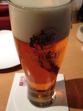Photo: 琥珀エビスをグラスでサーブされたのははじめて。やっぱり家で自分でつぐのと全然違う。 (@ ヱビスバー 大阪梅田店)
