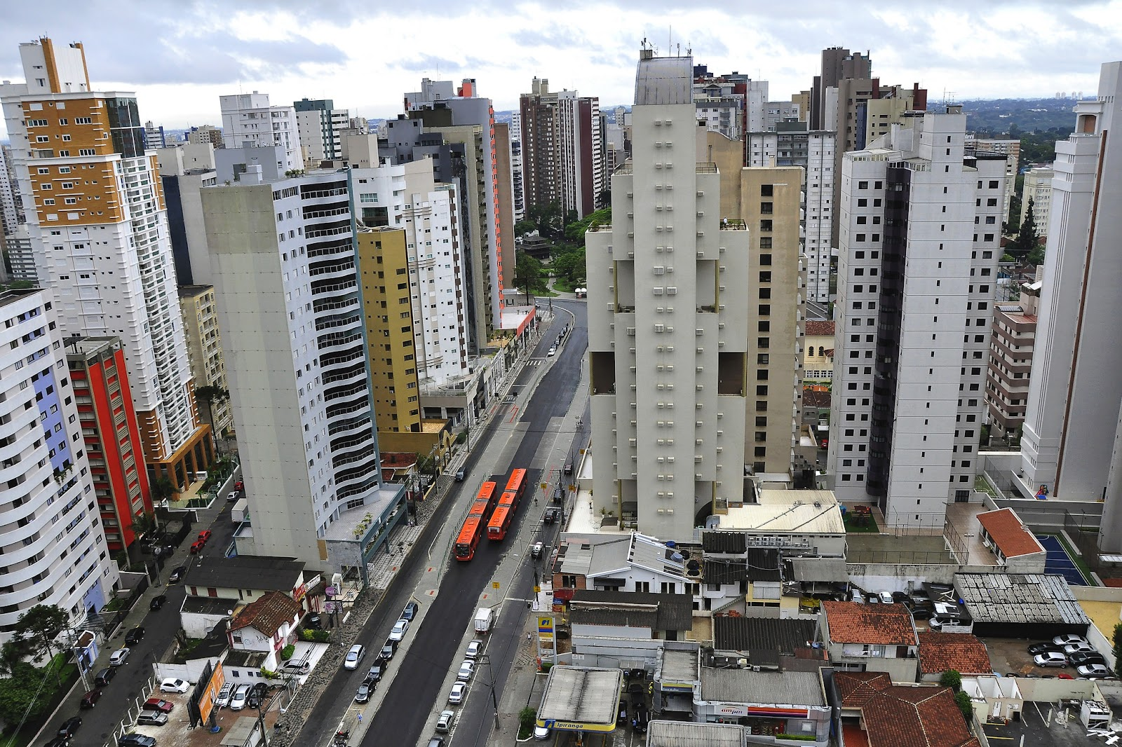 Curitiba, com seus corredores de BRT onde só podem ser construídos prédios altos, é um exemplo de cidade compacta (Fonte: WRI Brasil)