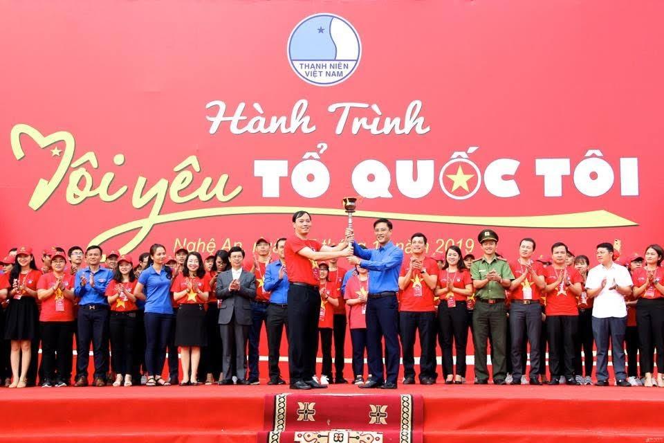 Chủ tịch Hội LHTN tỉnh Nghệ An Chu Đức Thái trao ngọn đuốc hành trình cho Hội LHTN tỉnh Điện Biên