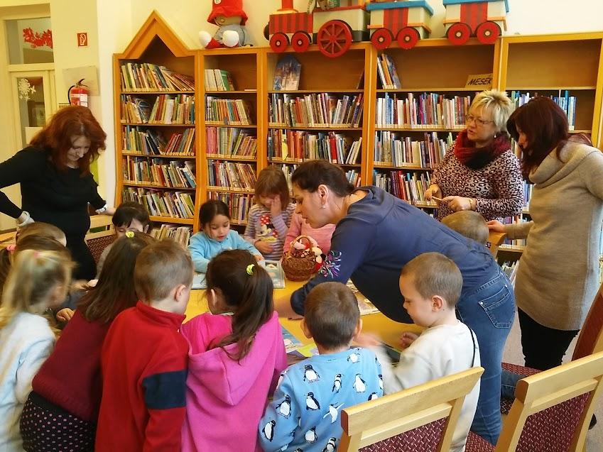 Könyvet nézegető gyerekek