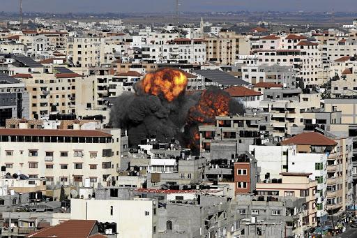 在以色列 - 巴勒斯坦暴力的火炬中,在加沙市的以色列航空公司期间烟雾和火焰爆发。