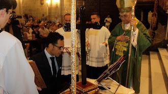 Isaac Vilches jura ante los santos evangelios como nuevo presidente de la Agrupación y ante el obispo, Adolfo González.