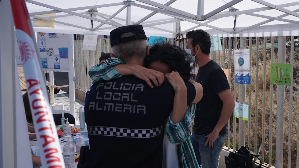 Patricia se abraza con un Policía Local que se acercaba a mostrar su apoyo