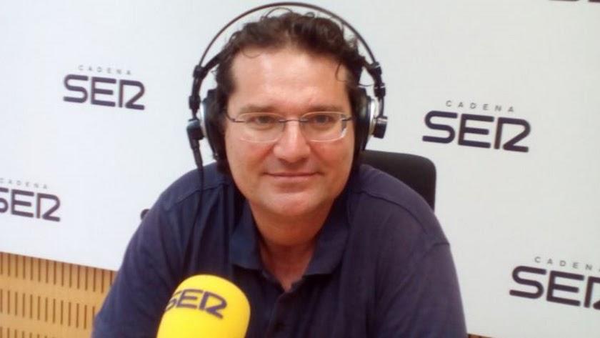 """Jose Miguel Mulet, en una de sus colaboraciones en el programa """"Hoy por hoy"""" de Cadena SER."""