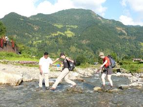 Photo: Na de busrit naar Besi Sahar mogen we nog even de beentjes strekken voor een korte wandeling naar Bhulbhule.