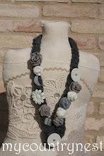 Photo: collana di lana grigia con rose