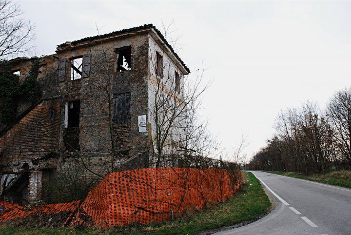 Casa pericolante di 2008 Giuliano Bertello, Www.bertello.org