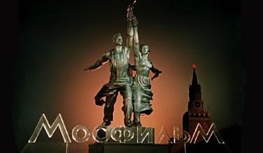 """Photo: O logo da Mosfilm que começou a aparecer a partir de 1947 nos início dos filmes produzidos pelo estúdio russo. Na foto, a reprodução da famosa escultura """"O operário e a camponesa""""."""