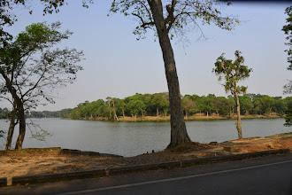 Photo: 9- Les douves. Ces étendues d'eau sont un impressionnant préambule à votre visite. Datées du 14ème siècle, elles se signalent par leur aspect impeccablement rectiligne. Destinées à protéger le site et longues de plusieurs kilomètres, ces douvent on été creusées à la main ! La terre déplacée à servi à renforcer les berges et conforter les fondations du site. Imaginez le volume déplacé... Le Baray (lac artificiel) est un pilier de la civilisation angkorienne. La maîtrise de l'eau a permis d'irriguer les rizières à l'année et d'assurer la prospérité de l'empire Khmer.