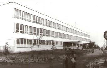 Photo: Pohľad na dokončenú Základnú školu na Medvedzí. Odvtedy škola prešla mnohými stavebnými úpravami zvnútra ako aj zvonka vzhľadom nekvalitu materiálov ale aj stavebných prác, ktoré neskôr zanechali svoje následky posudzované ako havarijný stav